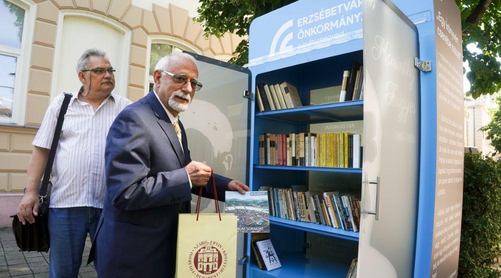 Nyitott könyves szekrény átadása Erzsébetvárosban